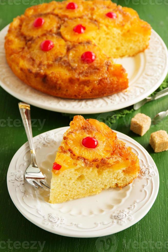 upp och ner ananas kaka med karamell. foto