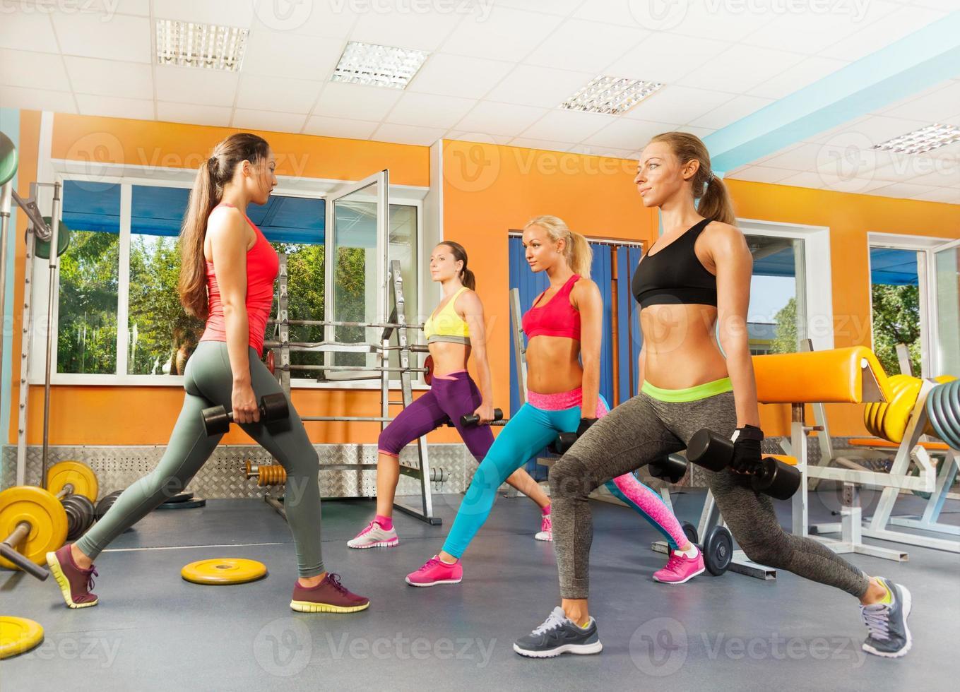 unga kvinnor i gymmet som gör gymövningar foto