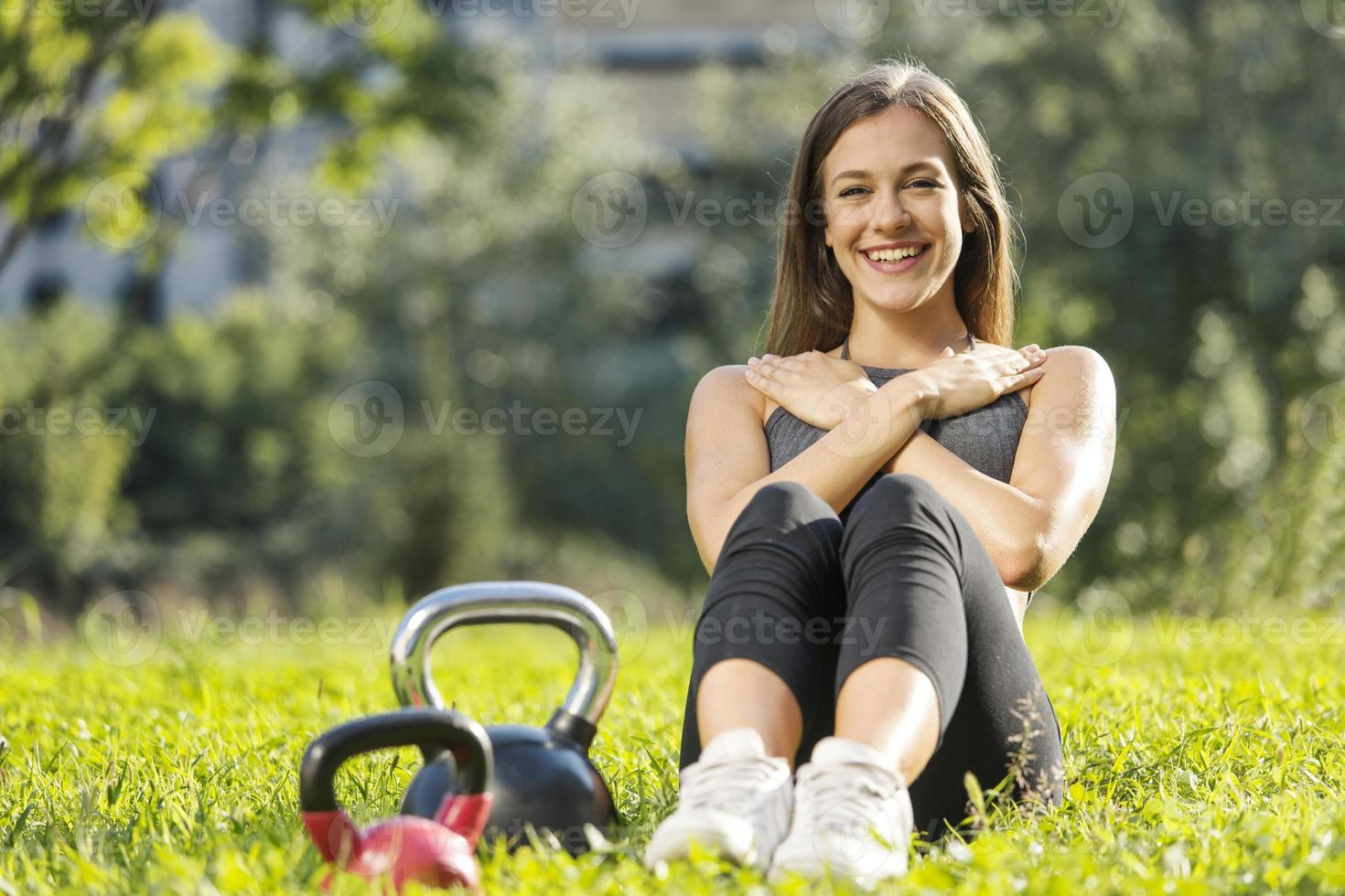 flicka gör sit ups i naturen foto