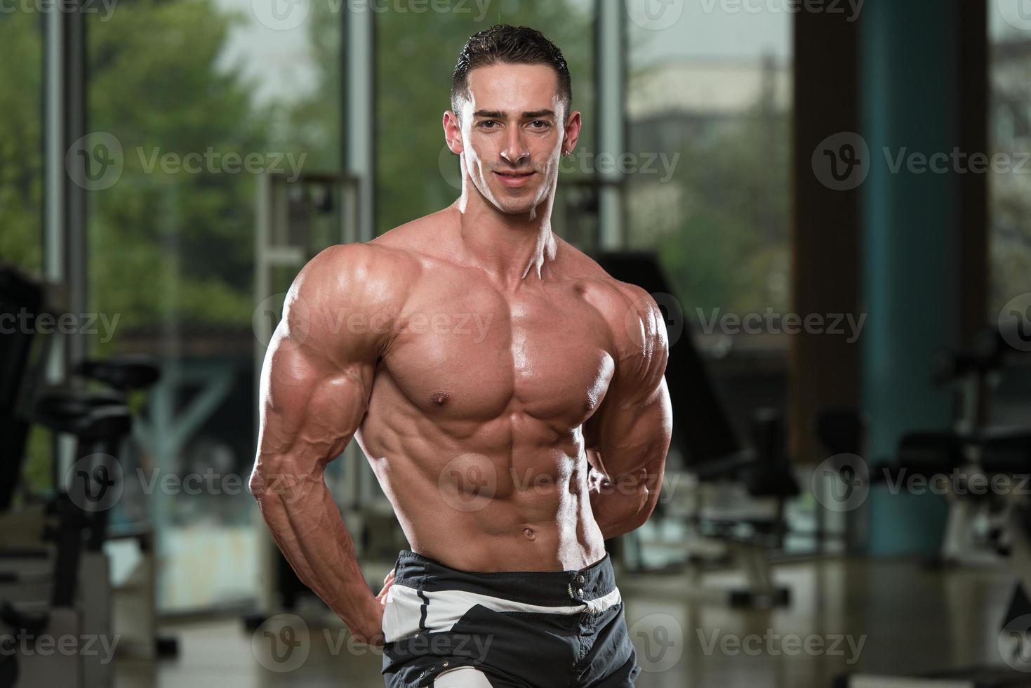 porträtt av en fysisk fit muskulös ung man foto