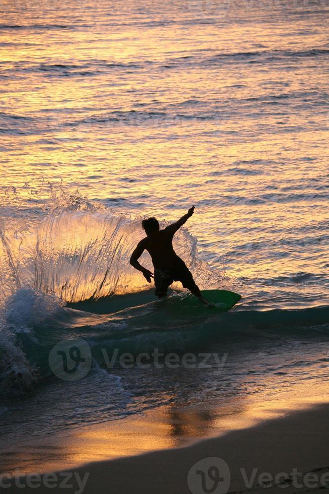 surfare på waikiki stranden foto