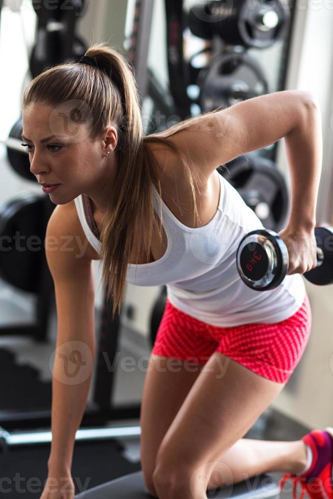 ung kvinna på gymmet foto