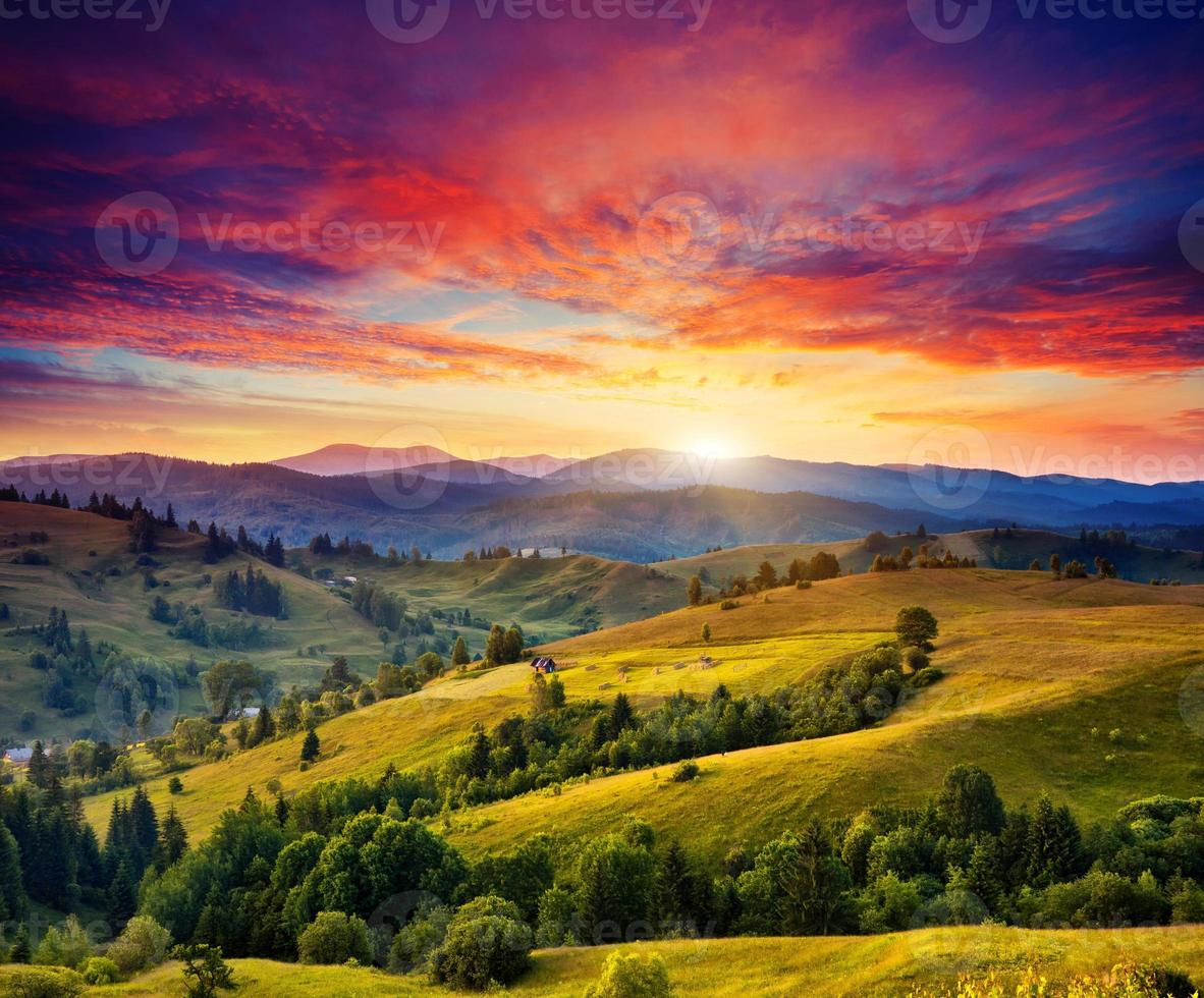 soligt bergslandskap foto