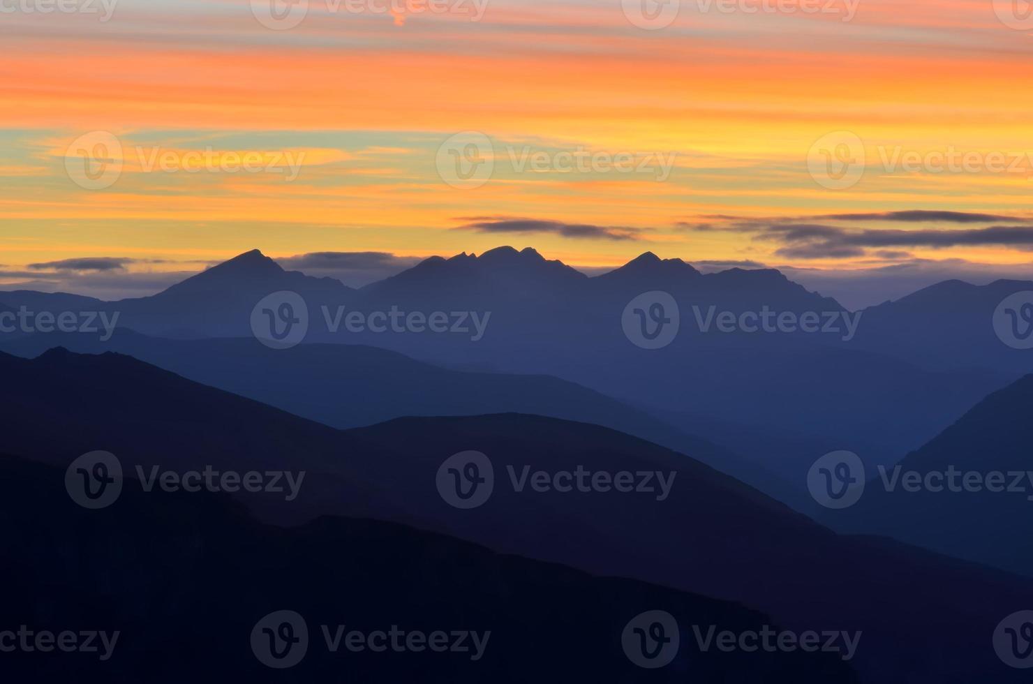 bergslandskap vid solnedgången. foto