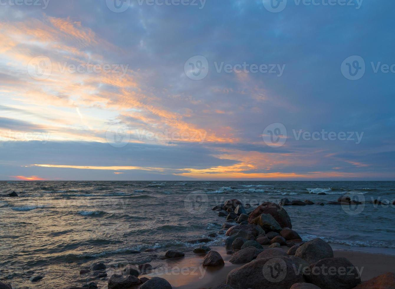 vackert havslandskap efter solnedgång foto
