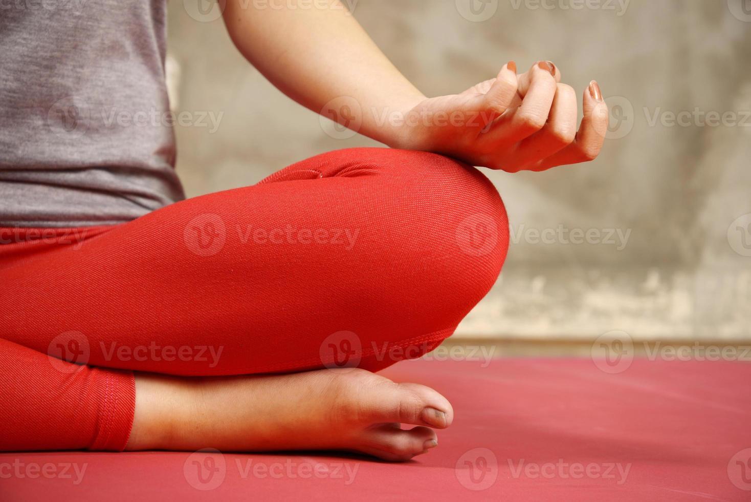 kvinna gör yoga foto