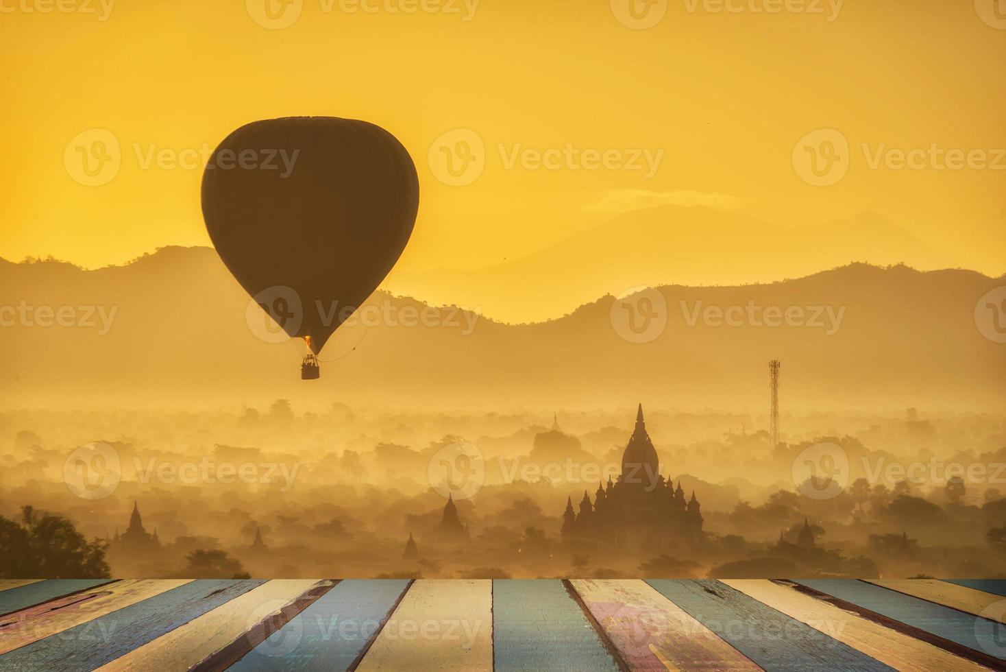ballonger över buddhistiska tempel vid soluppgången i bagan, myanmar. foto