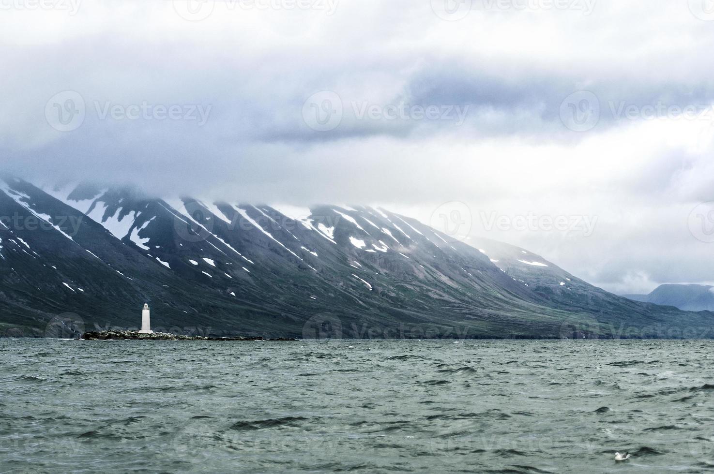 vit fyr i Island landskap foto