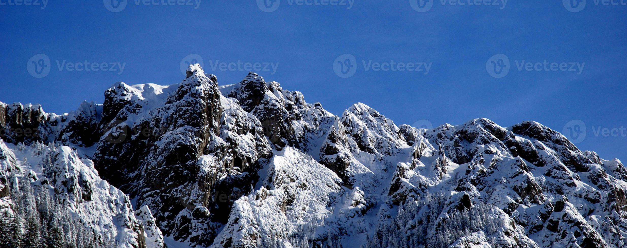 högt bergslandskap med sol foto