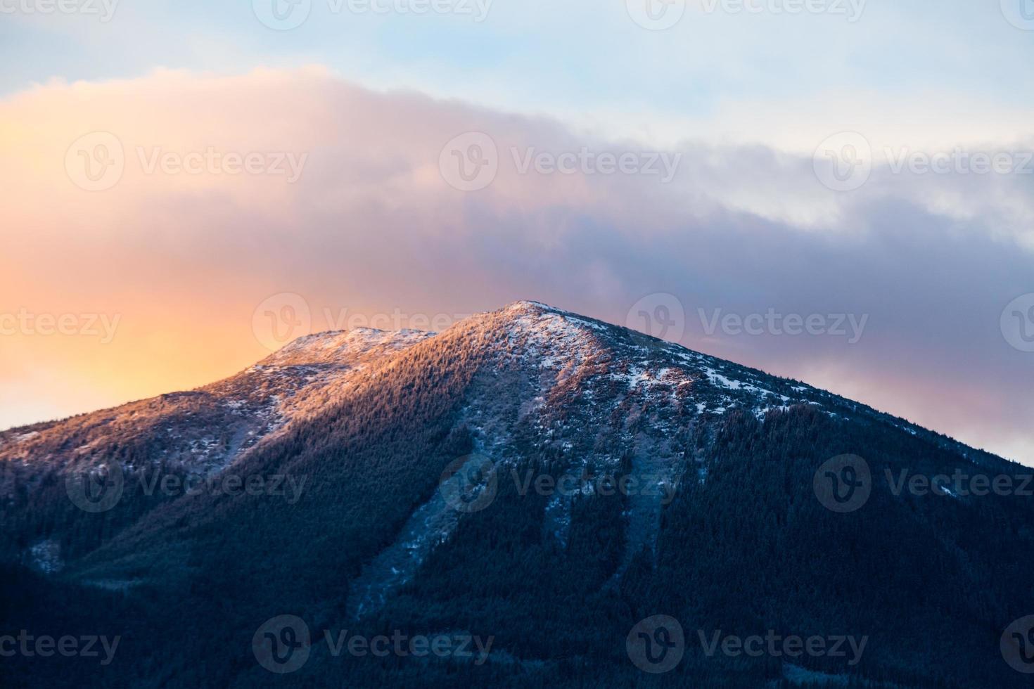 fantastiskt vinterlandskap. dramatisk mulen himmel. foto