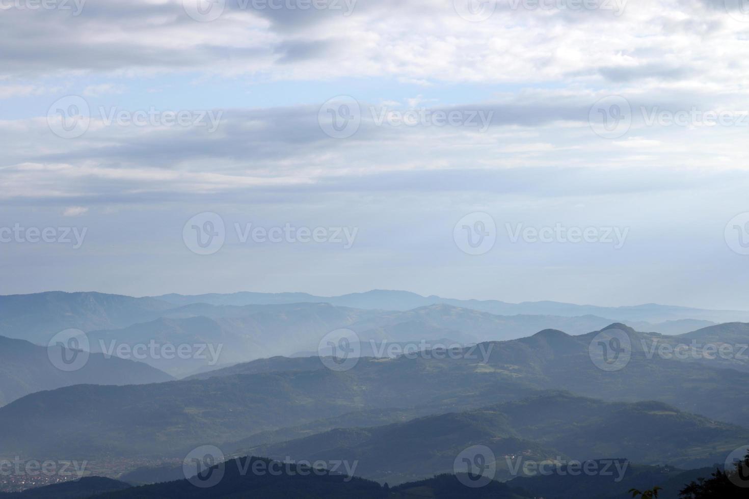 bergslandskap tidigt på morgonen västra serbien foto