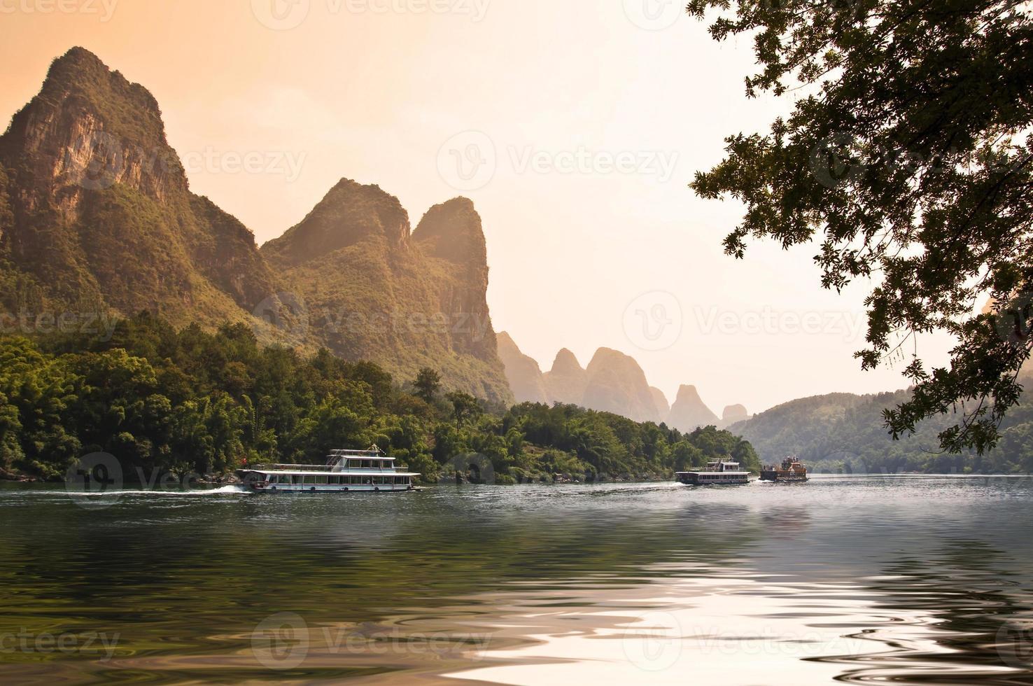 solnedgånglandskapet i Li-floden foto