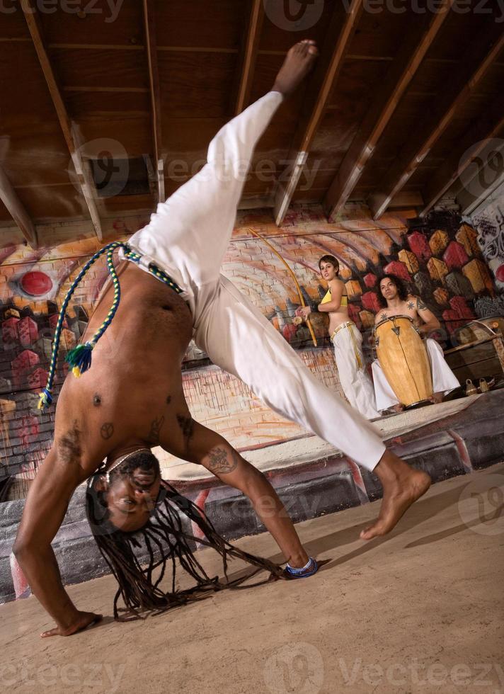 capoeira cartwheel foto
