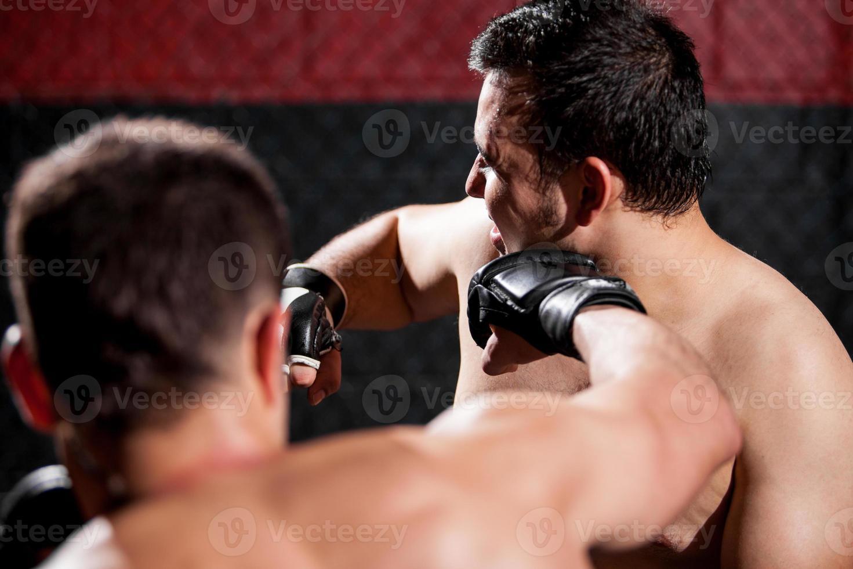 slå en motståndare under en kamp foto
