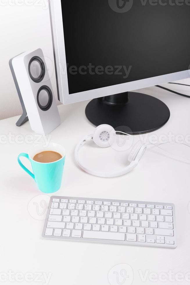 modernt minimalistiskt skrivbord på arbetsytan foto