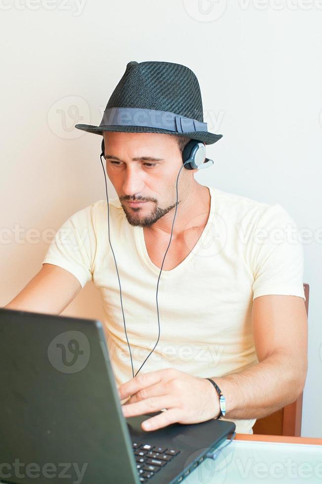 pojke lyssnar på musik med hörlurar dator foto
