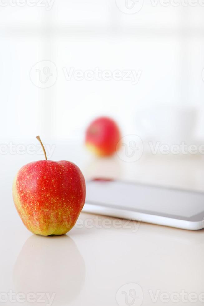 äpple med surfplatta foto