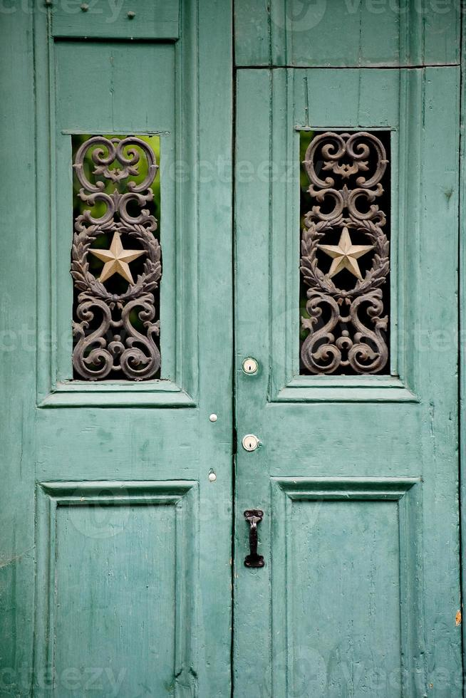 gammal grön dörr foto