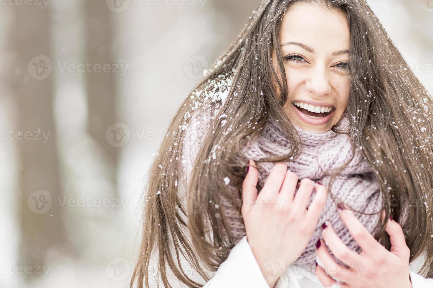 ung kvinna på vintern foto