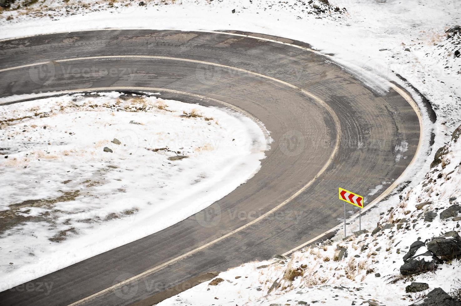 bergsväg på vintern foto