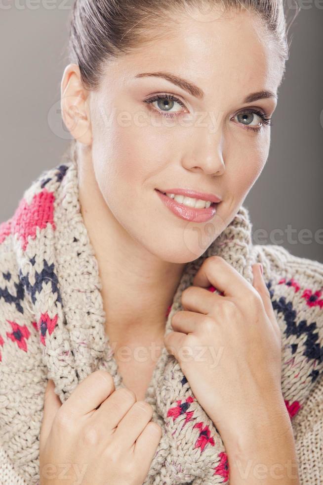 ung kvinna i vinterkläder foto