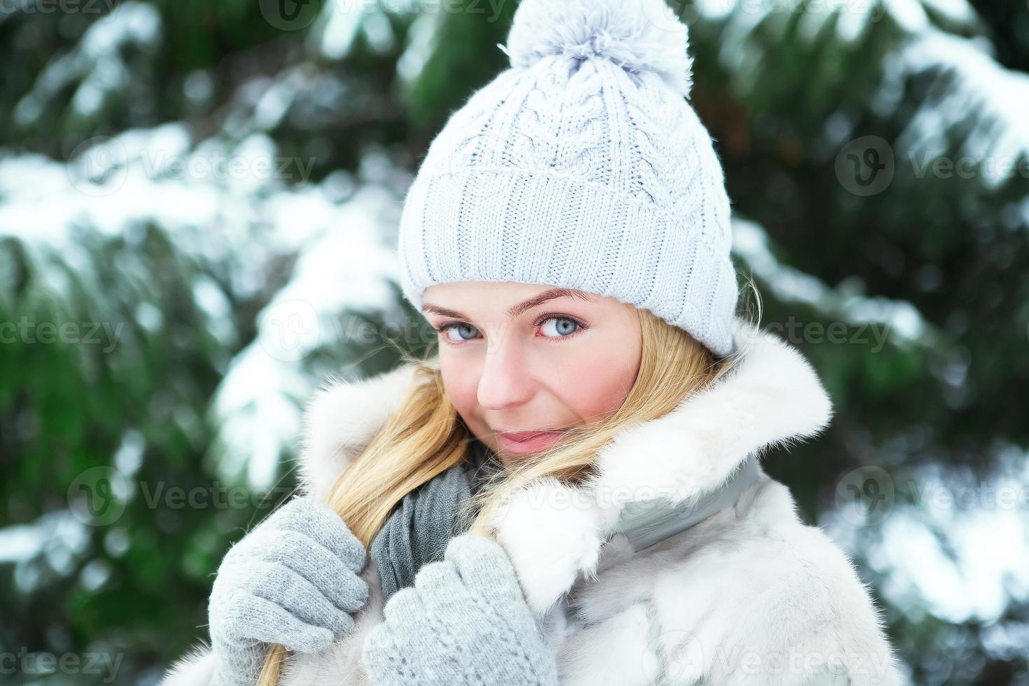 vacker flicka i vinter park foto