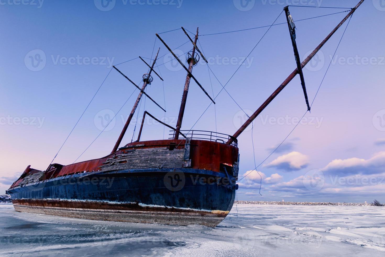 vinterlandskap med skeppsbrott. foto