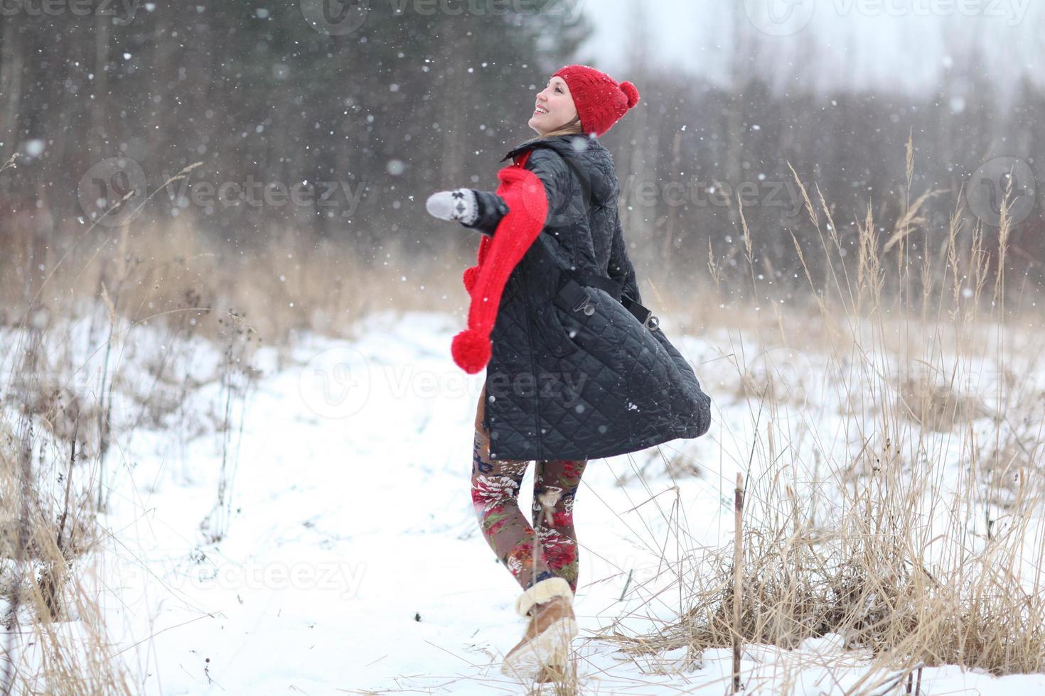 glad tjej vinter snö kör foto