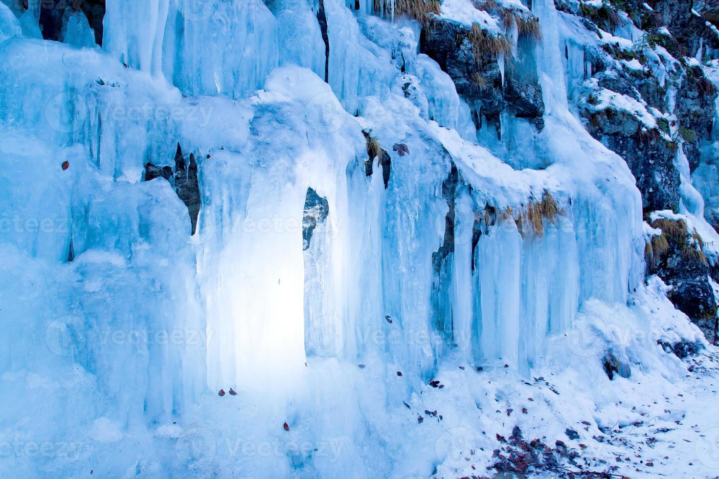 gefrorener wasserfall im vinter foto