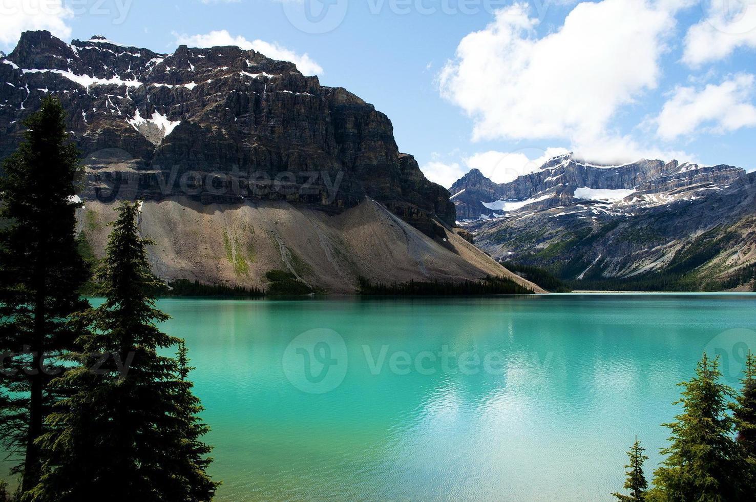 lake louise alberta med stenig moutain och blåesky i bakgrunden foto