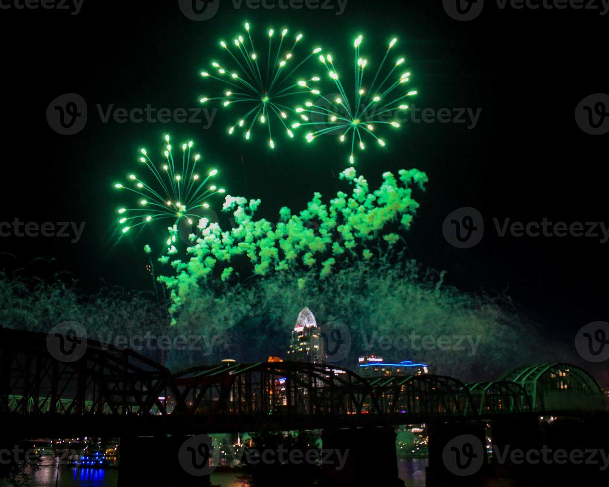 gröna fyrverkerier över cincinnati horisont foto