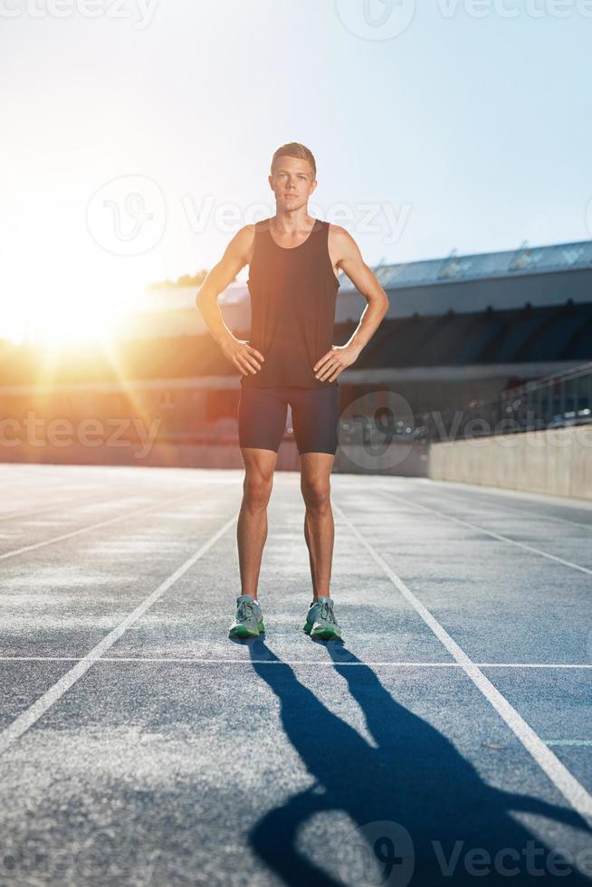 sprinter på tävlingsbanan i friidrottstadion foto