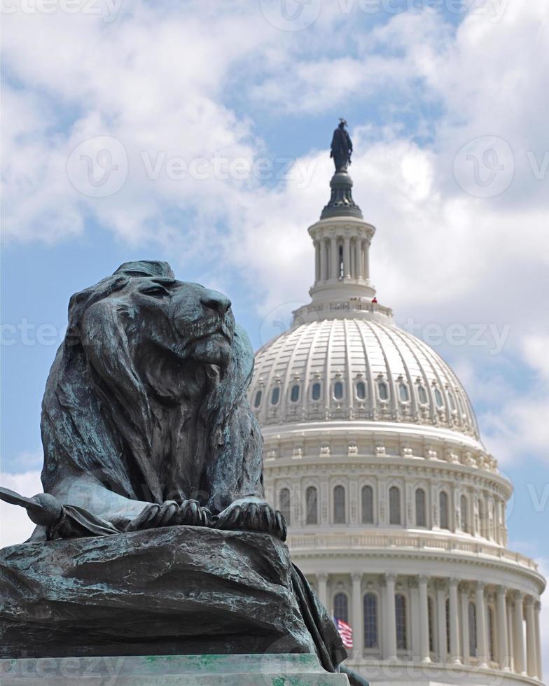 huvudstadsbyggnad med lejonstaty foto