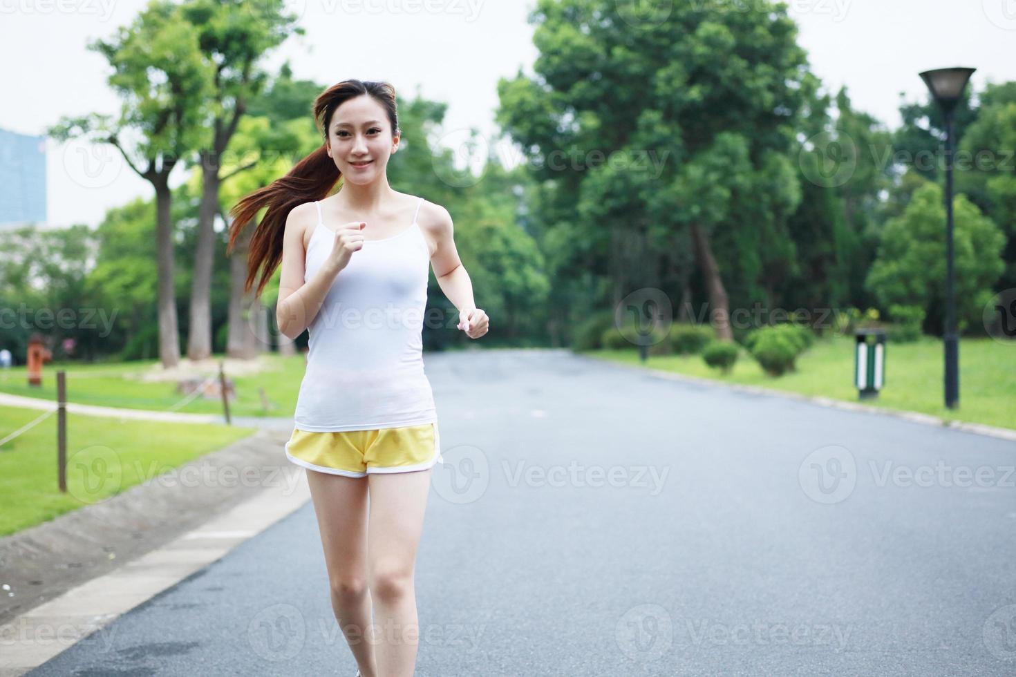 springande flicka foto