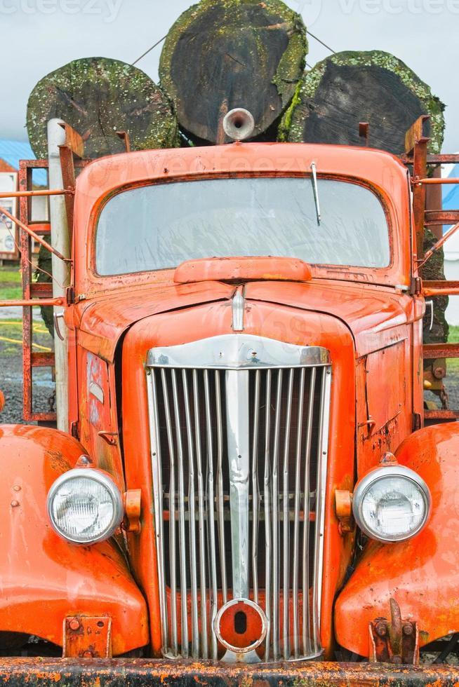 gammal timmerbil med douglasgranar foto
