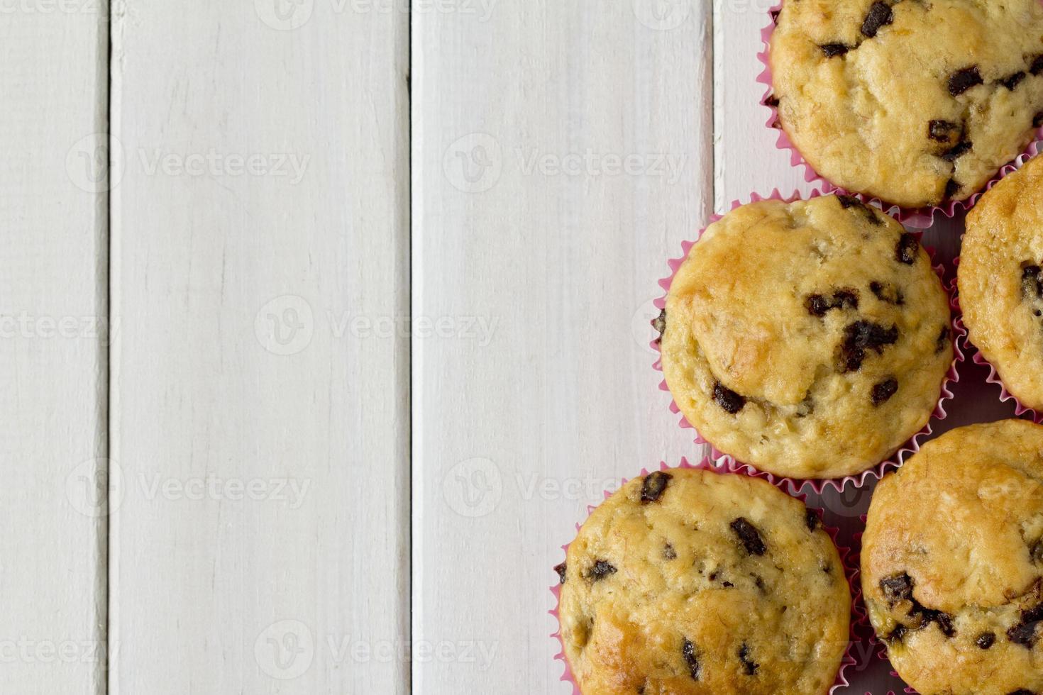bananchokladmuffins ovanifrån med kopieringsutrymme foto