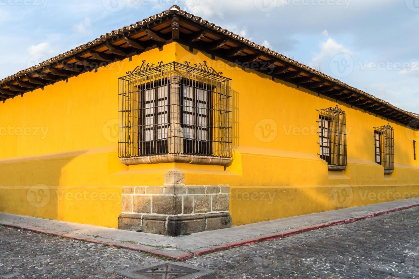 gult hus hörn foto