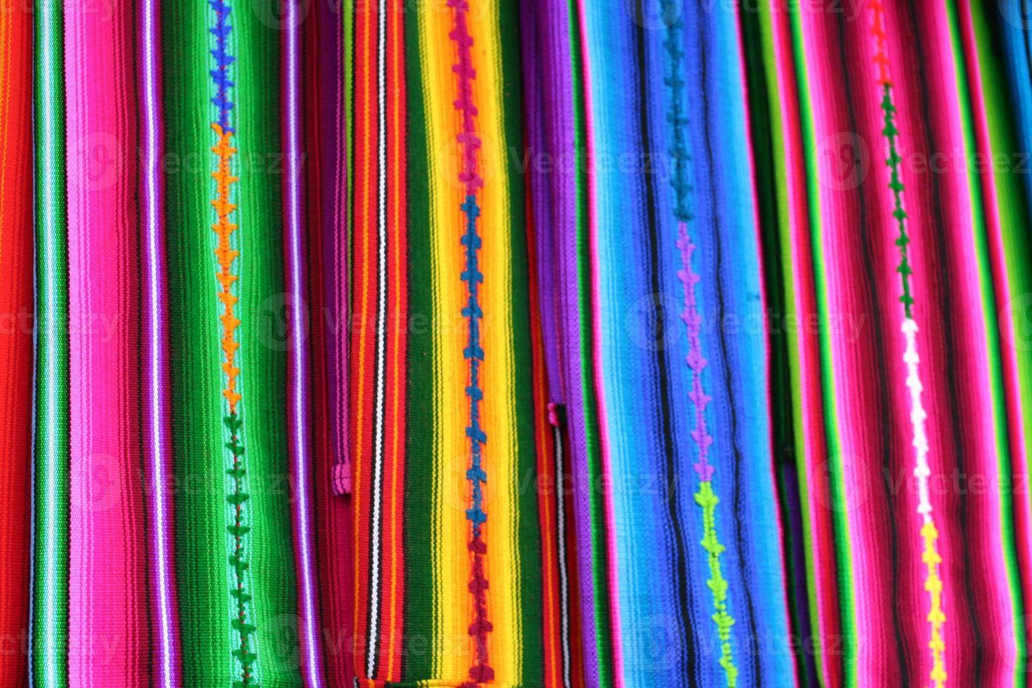 färgglada guatemala mayan textilier på antigua marknaden foto