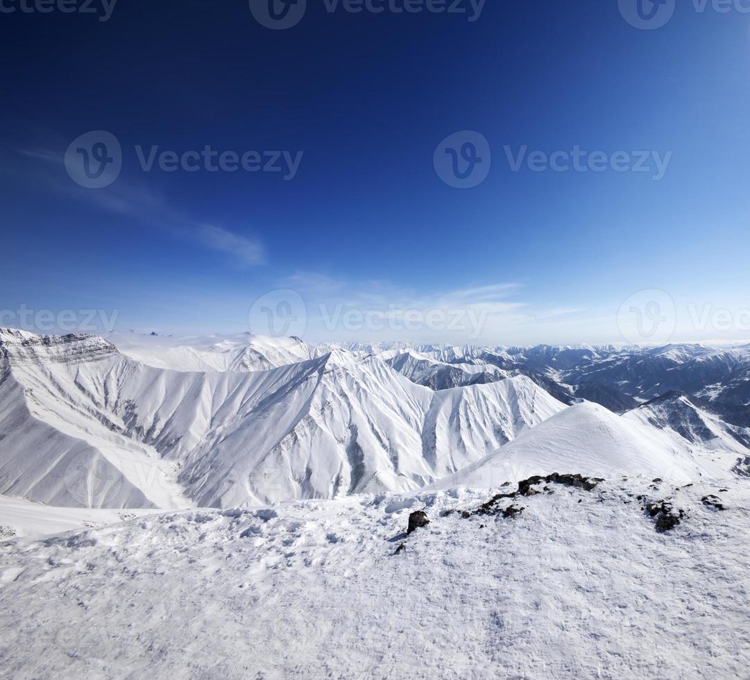 vinter snöiga berg och blå himmel foto