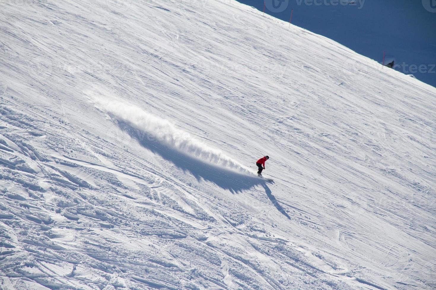 skidåkare går nerför backen på skidorten. foto