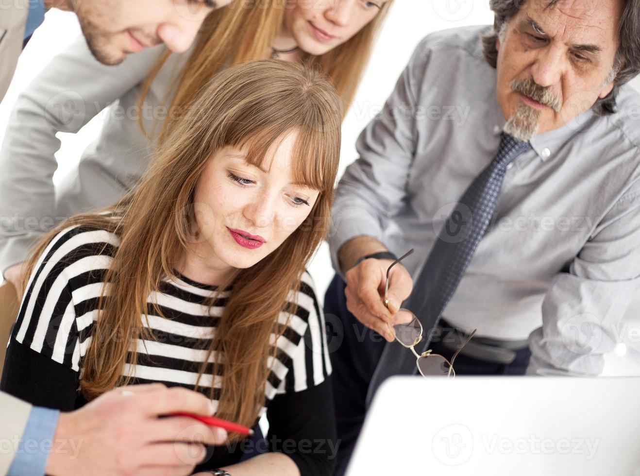 affärsmän som arbetar som ett team på kontoret foto