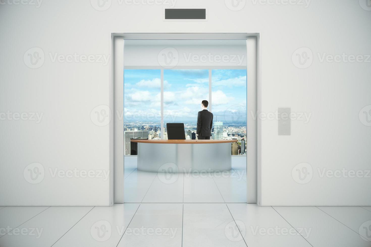 affärsman i sitt kontor med stadsutsikt från foto