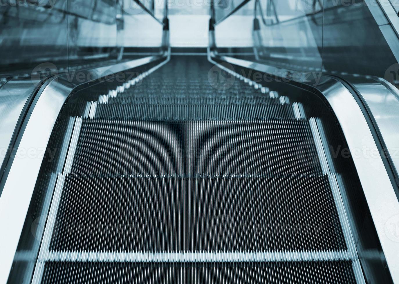 utsikt över rulltrappan på kontoret eller affärscentret foto