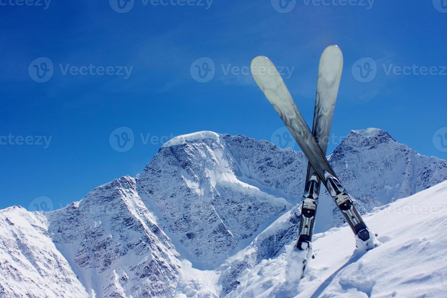 himmel mot bakgrund av bergen foto