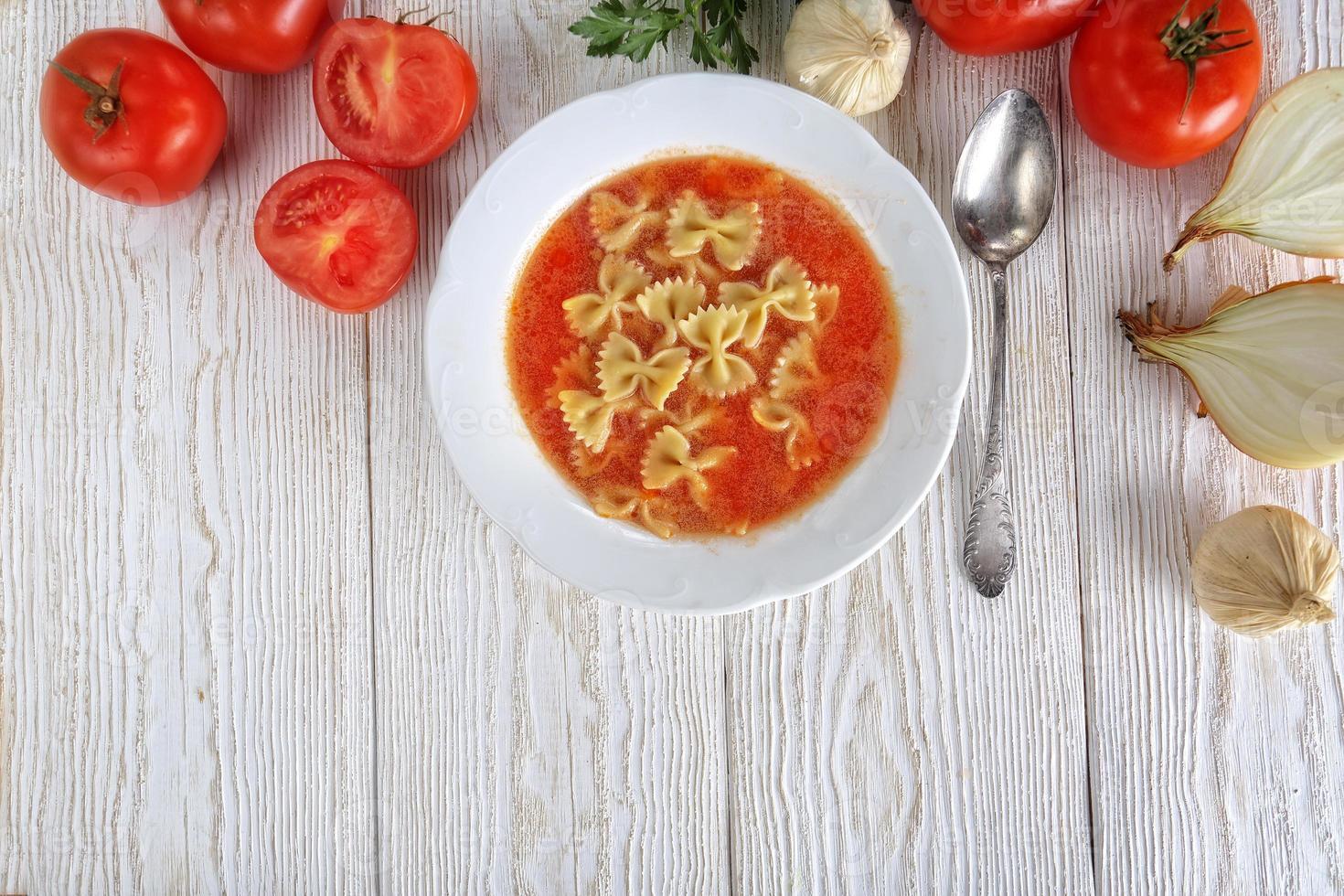 tomatsoppa med färska tomater foto