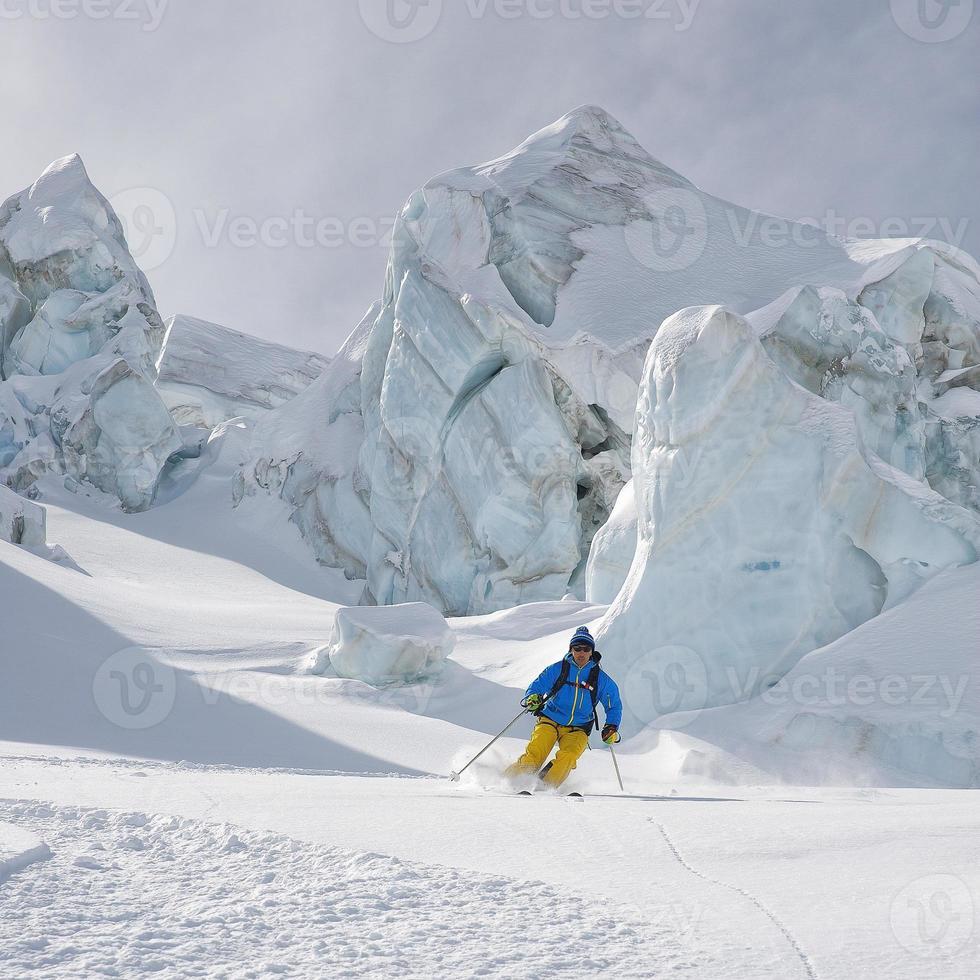 åka skidor mellan seracs i glaciären - materielbild foto