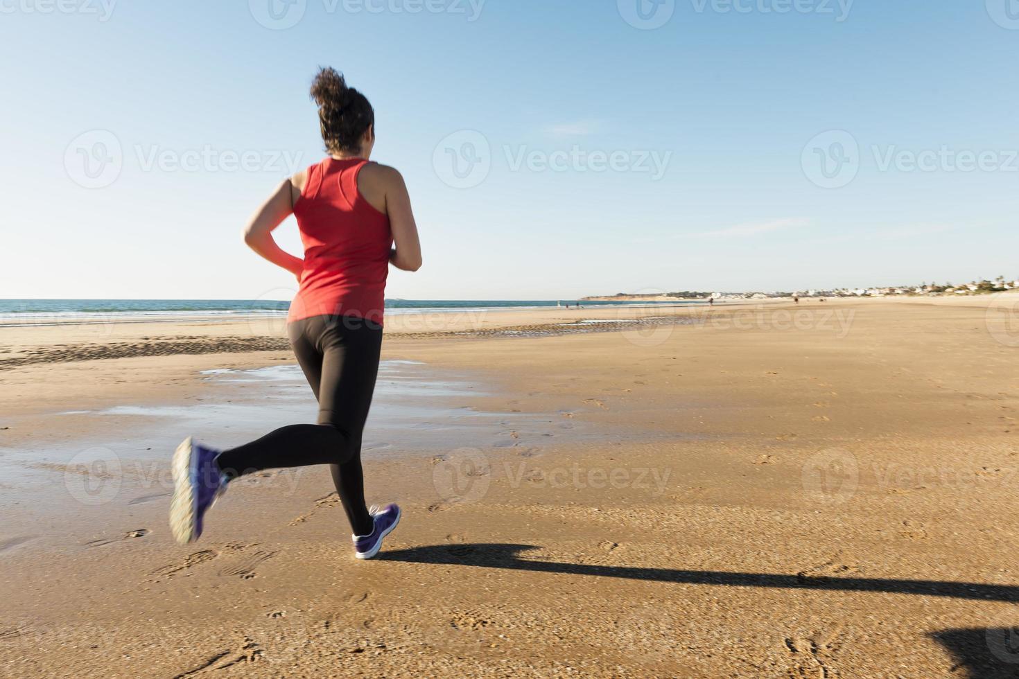 kvinna springer på stranden foto