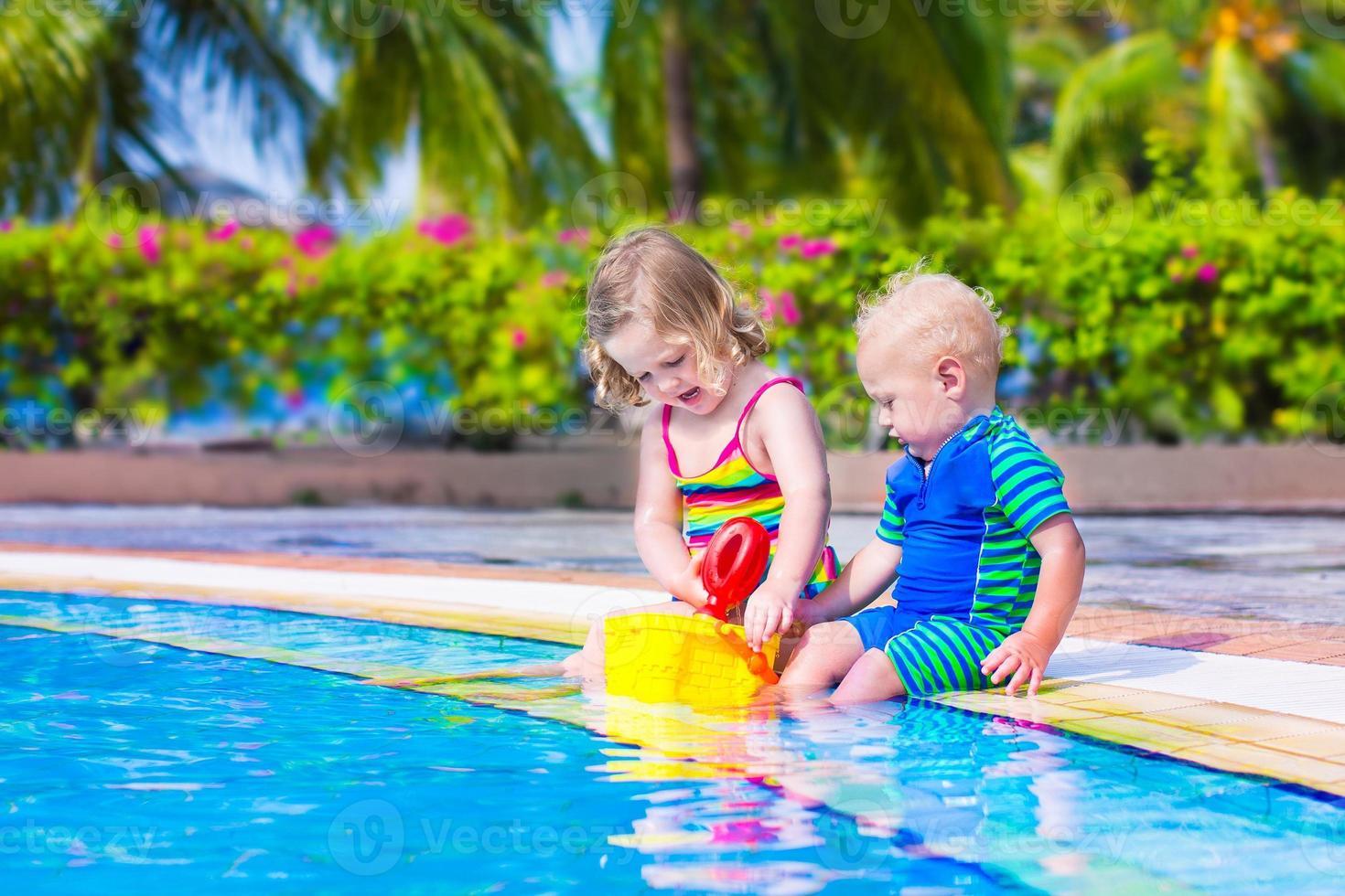barn vid en simbassäng foto