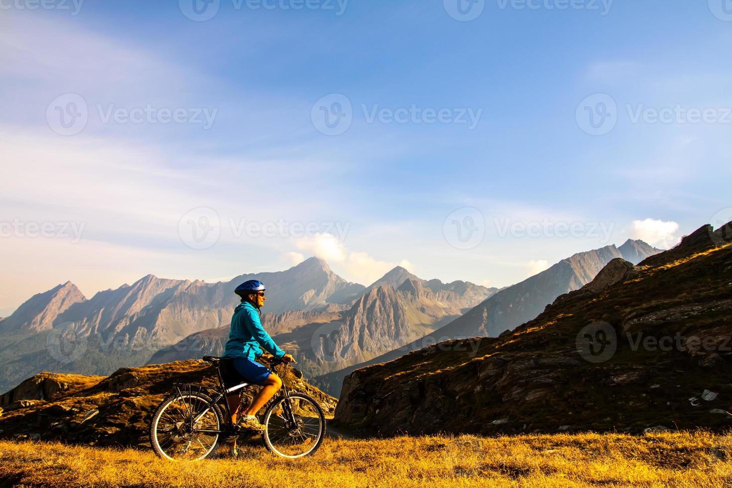 cyklistkvinna i höjdfjällen foto