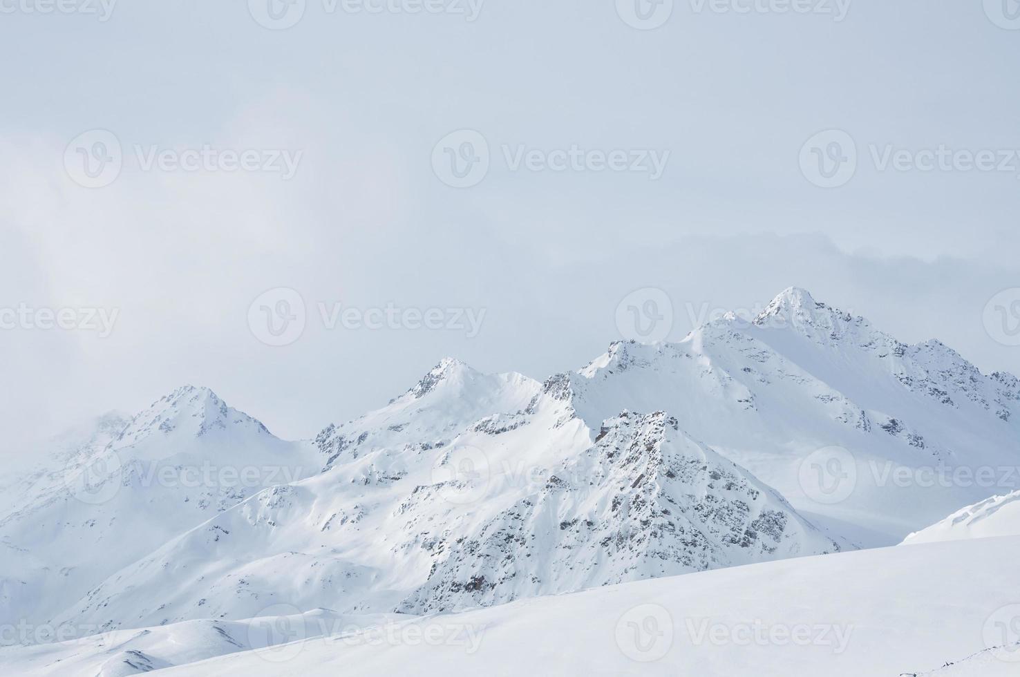 vackert vinterlandskap med snötäckta berg foto